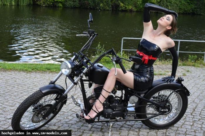 RUBBERMAN (Fotograf ,Männlich ,PLZ 10589) - Latex-Lady on a Motorbike / LATEX-LADIES of André Pigur - Bild 14182 - SM-Models.COM