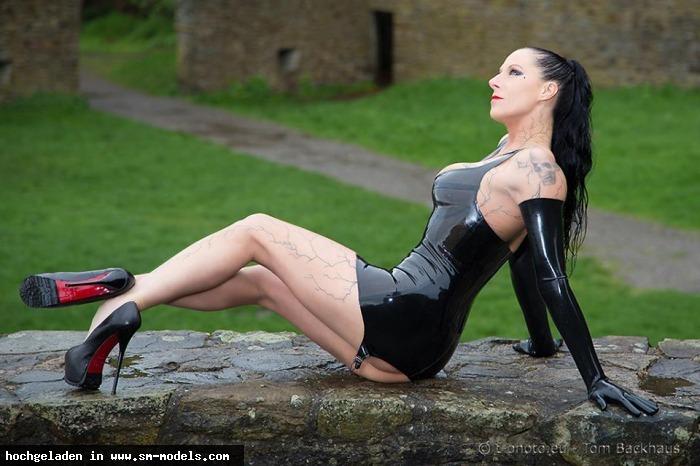 Antonia (Model ,Weiblich ,PLZ 58256) - Latex bei einem Outdoor Shooting auf einer Burg in NRW / Fetisch - Bild 11186 - SM-Models.COM