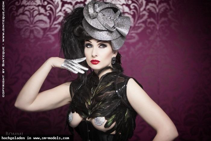Sinteque (Model ,Weiblich ,PLZ 10318) - Photo: Bommi Burggraf Outfit: Feisty Cat, Cyberesque Hair & Make Up: me / Sinteque - PinUp - Bild 5737 - SM-Models.COM