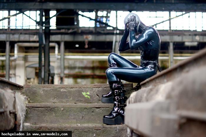 Latexboy (Model ,Männlich ,PLZ 069) - Catsuit: Fantastic Rubber  Korsett: Fantastic Rubber  Maske:  Feitico / Shooting mit ArtePicture - Bild 9106 - SM-Models.COM