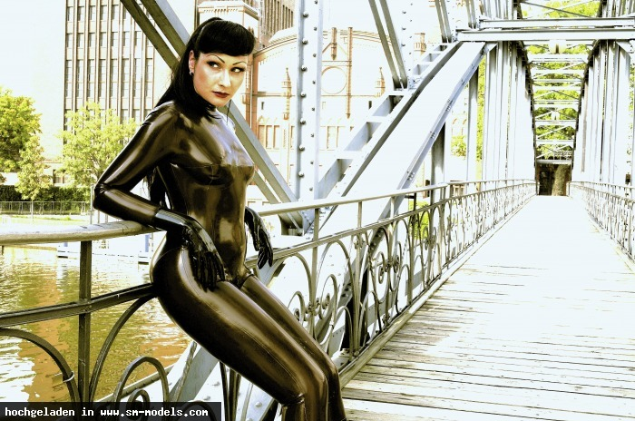 RUBBERMAN (Fotograf ,Männlich ,PLZ 10589) - Beautiful Sinteque - LATEX-LADIES of André Pigur - MODELS WANTED ! / LATEX-LADIES of André Pigur - Bild 8181 - SM-Models.COM